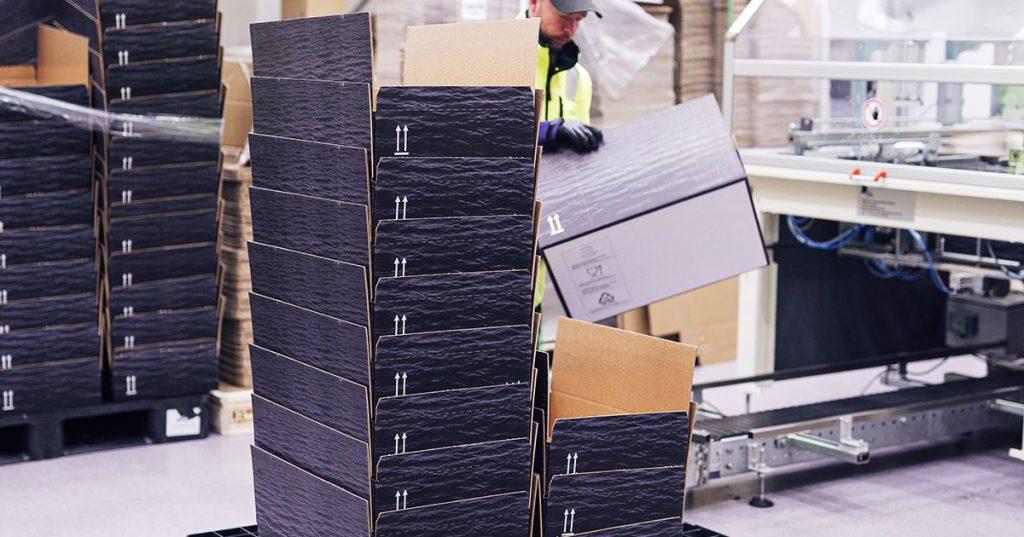 Ensimmäinen askel muovittomuuteen oli kartonkia käyttävä pakkauskone, toinen styroksilaatikoiden korvaaminen aaltopahvilaatikoilla